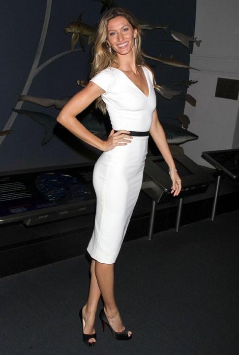 Une simple robe blanche suffit à la rendre fatale !