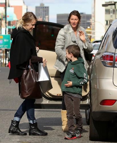 Gisele Bündchen et son beau-fils John à la gare de Boston, le 27 octobre 2013.