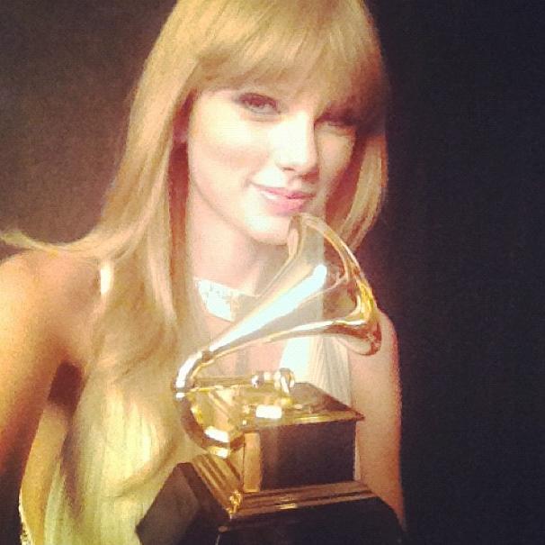 Taylor Swift, heureuse, pose avec son Grammy !