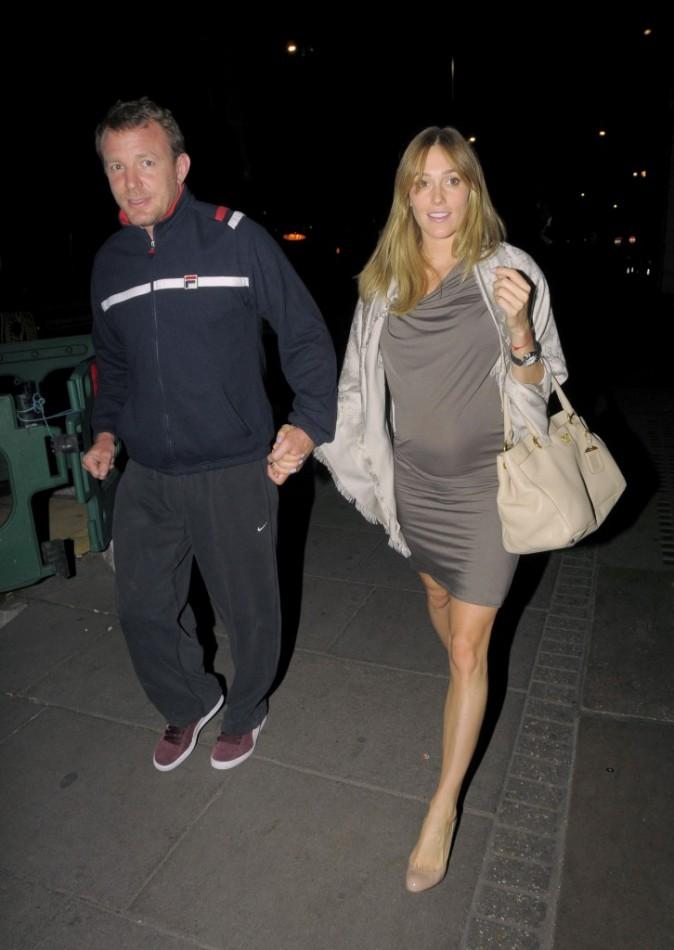 Guy Ritchie et Jacqui Ainsley, main dans la main. On dirait une maman qui accompagne son fils à un match de foot. Il exagère Guy!