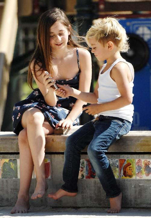 Gavin Rossdale et son fils Kingston dans un parc à Beverly Hills, le 30 mars 2011.