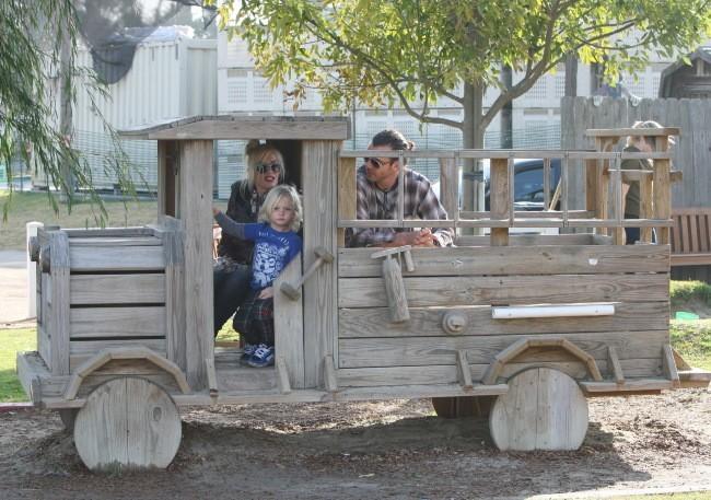 Gwen Stefani et Gavin Rossdale à la Ferme avec leurs deux fils, Kingston et Zuma, le 31 décembre 2011 à Los Angeles.