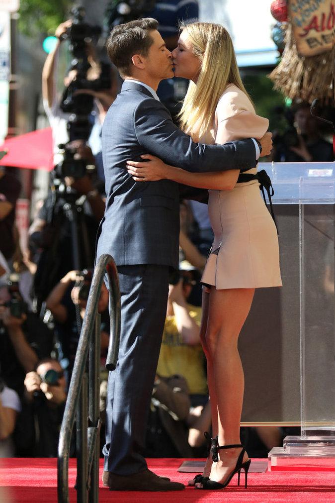 Photos : Gwyneth Paltrow : avec sa mini-robe sexy, elle vole la vedette à Rob Lowe