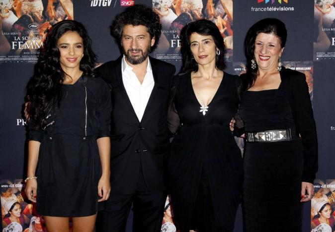Hafsia Herzi, Radu Milhaileanu, Hiam Abbass et Biyouna lors de la première du film La Source des Femmes à Paris, le 24 octobre 2011.