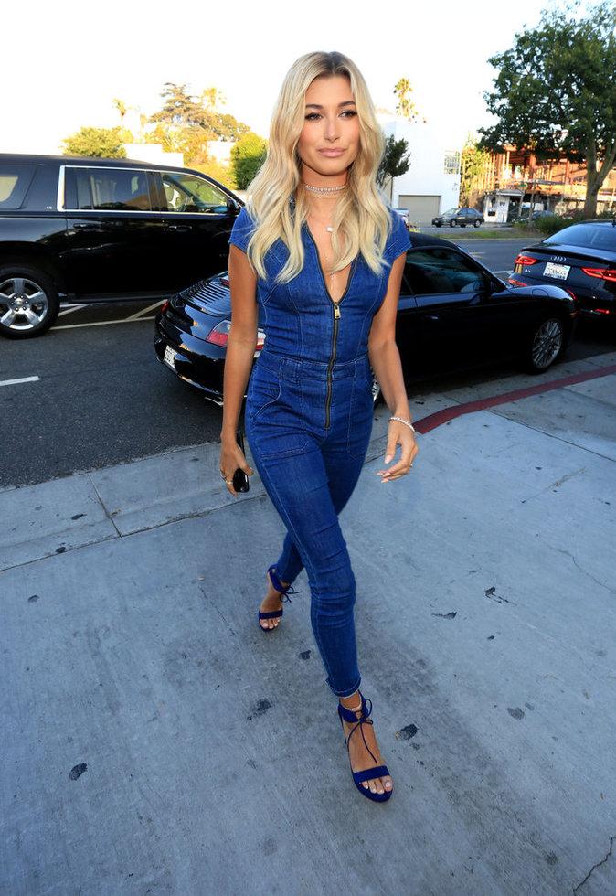 Hailey Baldwin, bombesque en combinaison en jean à une soirée branchée à Los Angeles