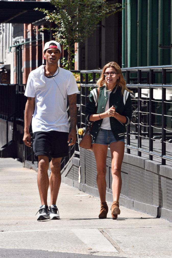 Hailey Baldwin dans les bras d'un bel inconnu à New York ce lundi 22 août