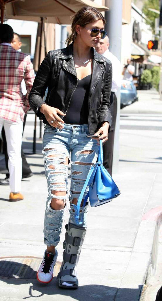 Hailey Baldwin : L'attelle devient son nouvel accessoire fashion !