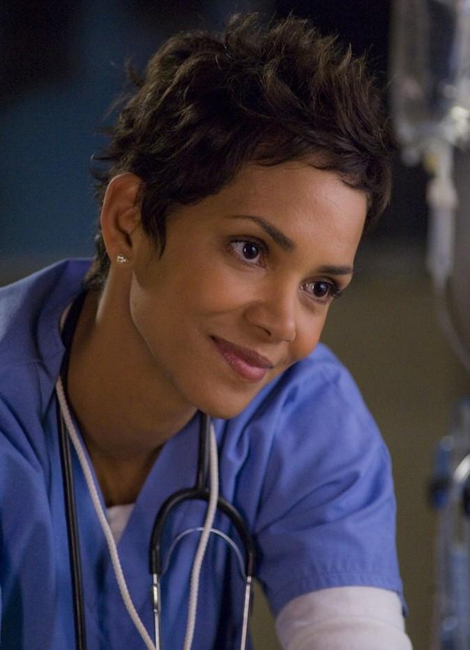 Halle Berry dans le rôle du médecin ...