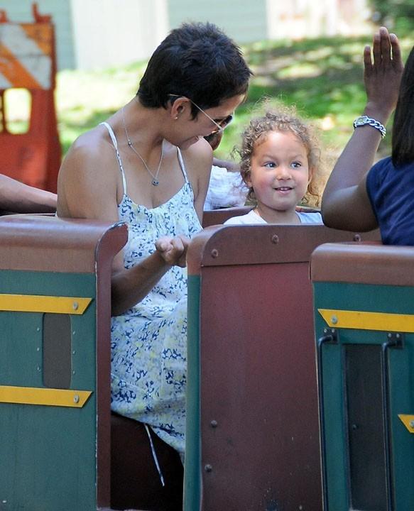 Halle Berry et sa fille Nahla dans un parc de Los Feliz en Californie, le 27 juin 2011.