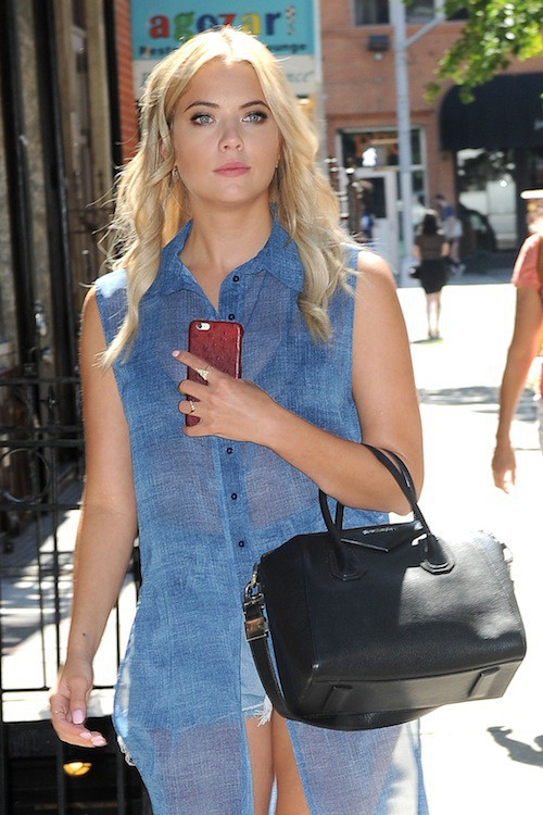 Photos : harcelée par les paparazzis, Ashley Benson leur montre son plus beau doigt !