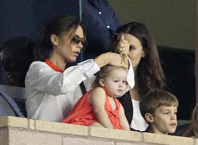 Victoria et Harper Beckham lors d'un match de foot à Los Angeles, le 28 octobre 2012.