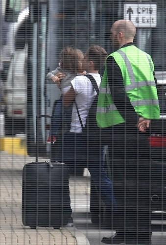 Harper Beckham dans les bras de son frère Brooklyn, Londres le 16 avril 2013