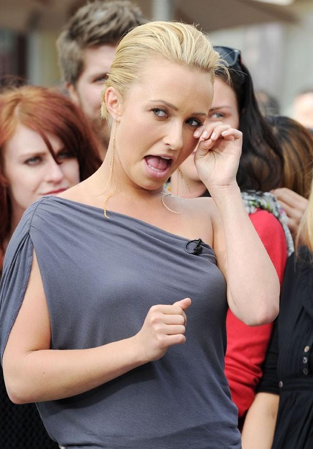 """Hayden Panettiere sur le plateau de l'émission """"Extra"""" à Los Angeles, le 13 avril 2011."""