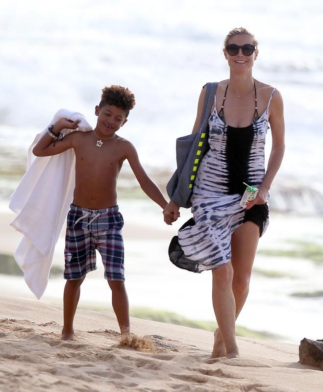 Heidi Klum et Henry le 1er avril 2013 sur une plage à Hawaii