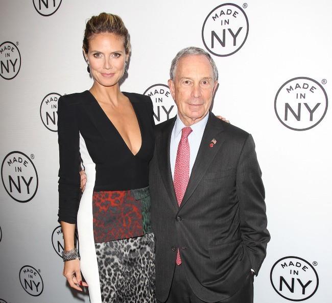 Aux côtés du maire de New York, Michael Bloomberg, Heidi Klum reçoit un prix le 10 juin 2013 à New York