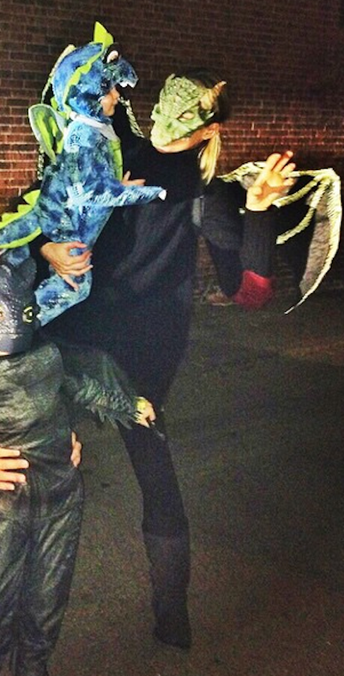 Gisele Bündchen en dragon avec sa famille pour Halloween 2014