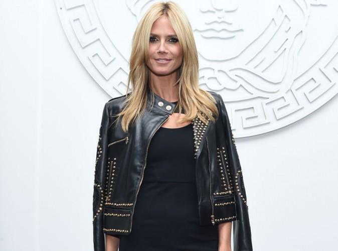 Heidi Klum : micro-robe et cuissardes sexy pour se faire remarquer au défilé Versace !
