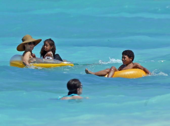 Photos : Heidi Klum : téton à l'air, elle s'affiche canonissime sur la plage des Bahamas !