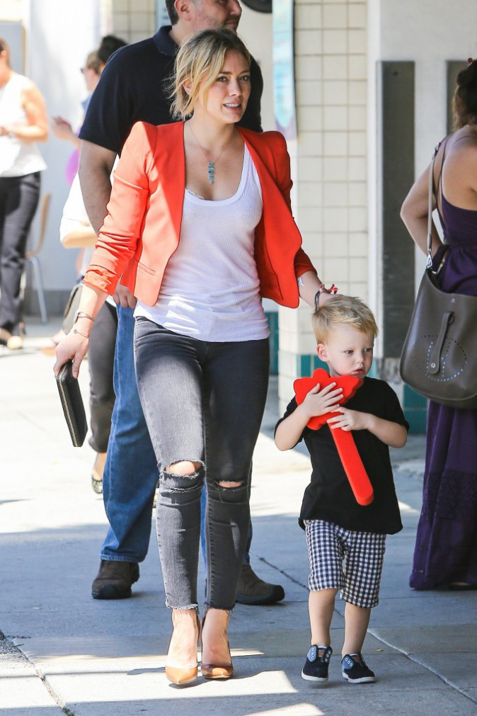 """Hilary Duff : Encore une promenade en famille avec son """"ex"""" mari et leur fils Luca !"""