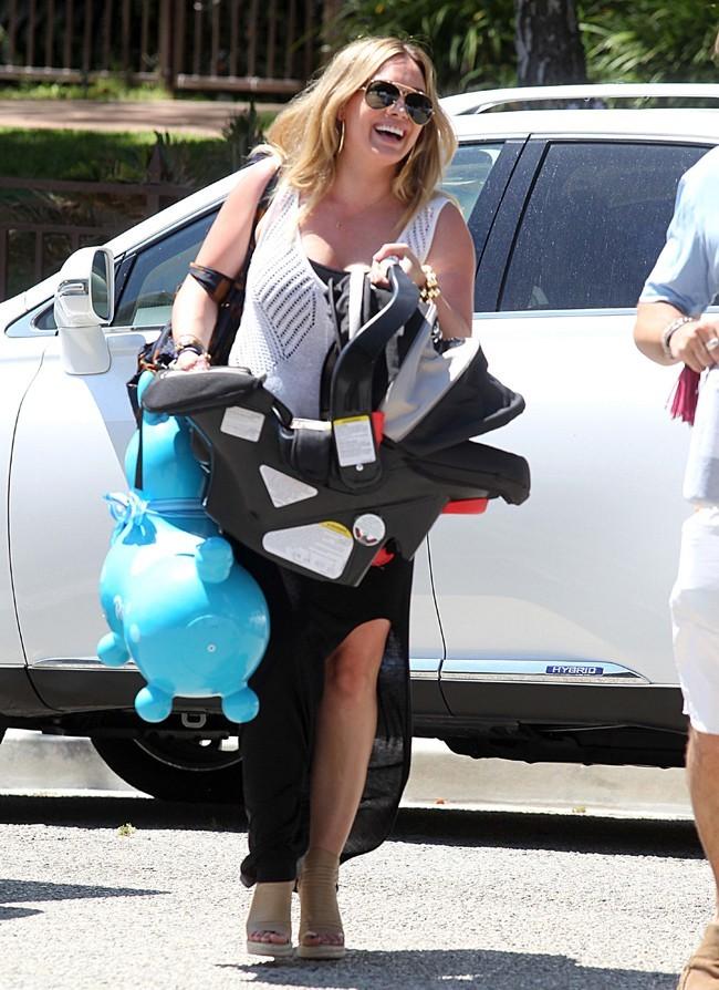 Hilary Duff avec son fils Luca le 21 juillet 2012 à Los Angeles