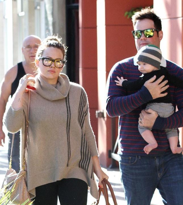 Hilary Duff et Mike Comrie avec leur fils Luca pour un petit déjeuner à Beverly Hills le 28 octobre 2012
