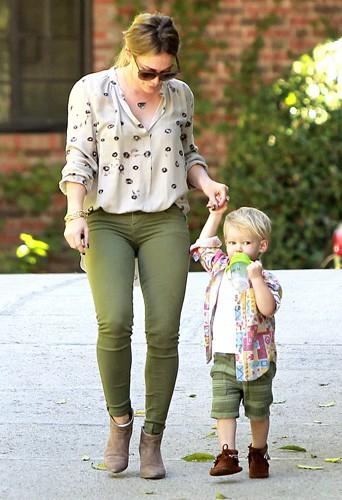 Hilary Duff et son fils Luca à Los Angeles le 14 novembre 2013