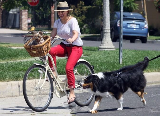 Hilary reste stylée, même pour faire du vélo !