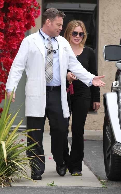 Hilary Duff en visite chez son dentiste hier ...