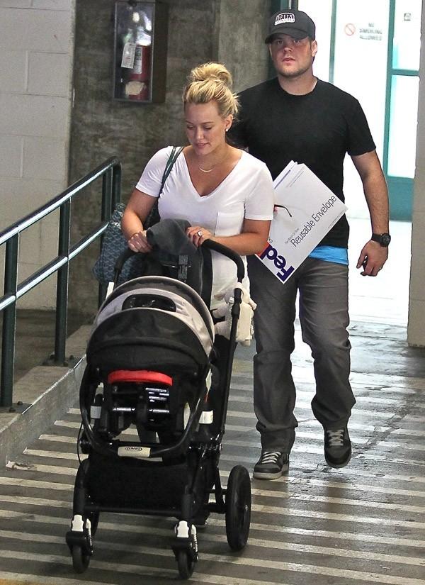 Hilary Duff et Mike Comrie à la sortie d'un hôpital de Santa Monica le 17 juin 2012