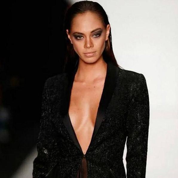 Hinarani de Longeaux dans les coulisses de la Mercedes-Benz fashion Week de Moscou le 26 octobre 2013