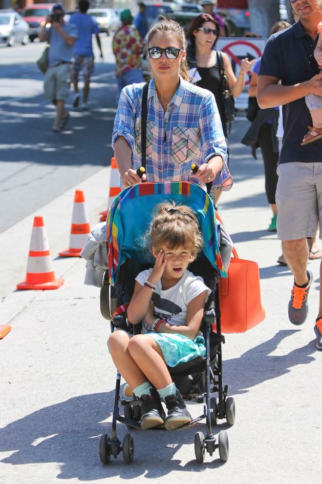 Jessica Alba en famille à Santa Monica le 15 septembre 2013