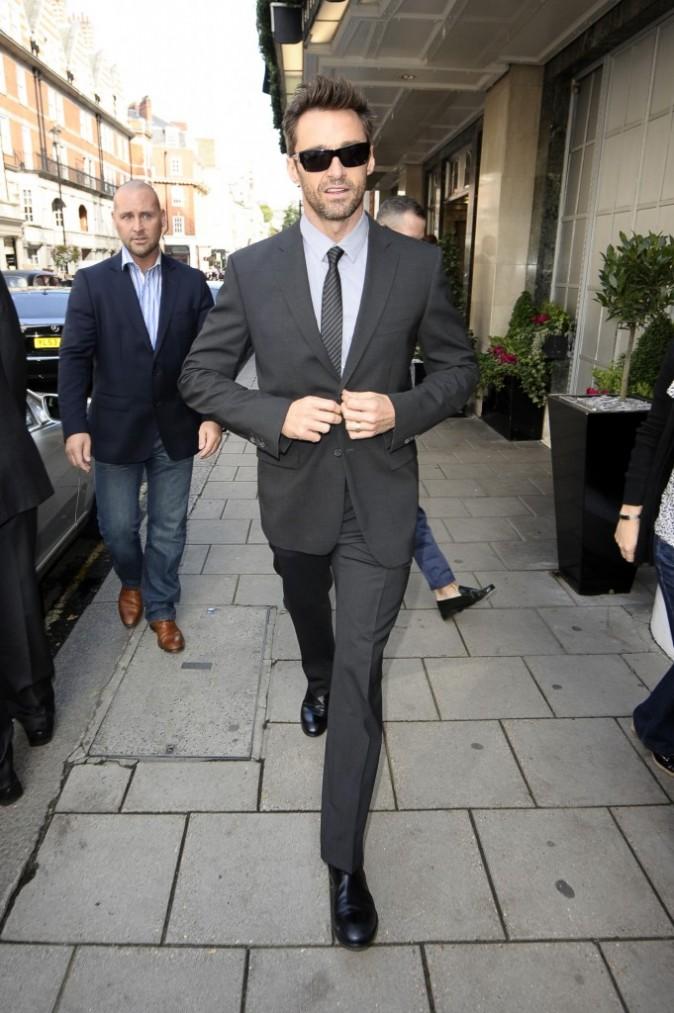 Hugh est impérial en costume, cravate...