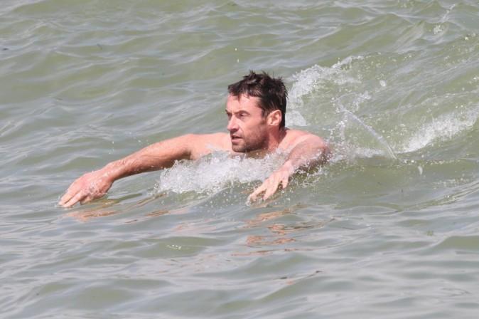 Il surfe sans planche, ses abdos sont largement assez massifs pour ça !
