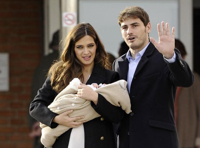 Photos : Iker Casillas : il présente son bébé, blotti dans les bras de sa compagne Sara Carbonero !