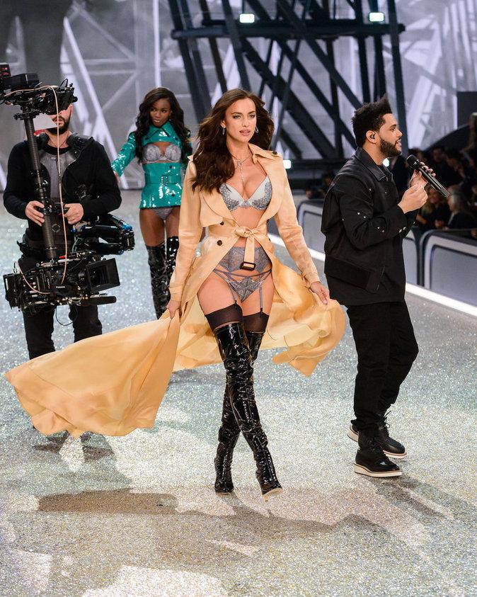 Photos : Irina Shayk : elle dévoile son baby-bump sur le podium de Victoria's Secret !