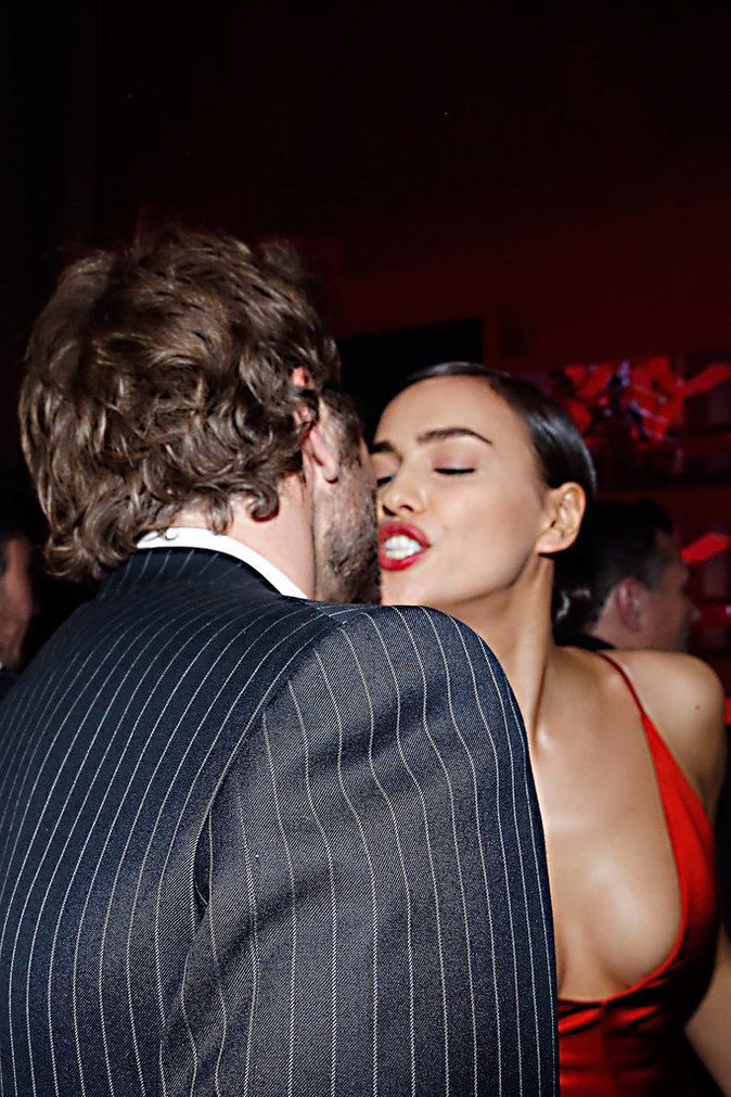 Photos : Irina Shayk et Bradley Cooper : le baiser HOT de l'officialisation !