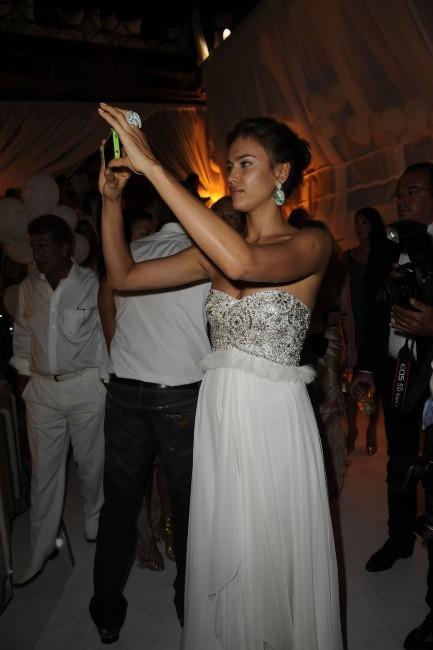 Irina Shayk lors de la soirée d'anniversaire de Fawaz Gruosi à Porto Cervo, le 8 août 2012.