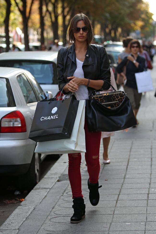 Irina Shayk sur l'Avenue Montaigne à Paris le 10 septembre 2012
