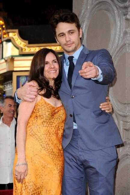 James Franco et sa mère Betsy le 7 mars 2013 à Los Angeles