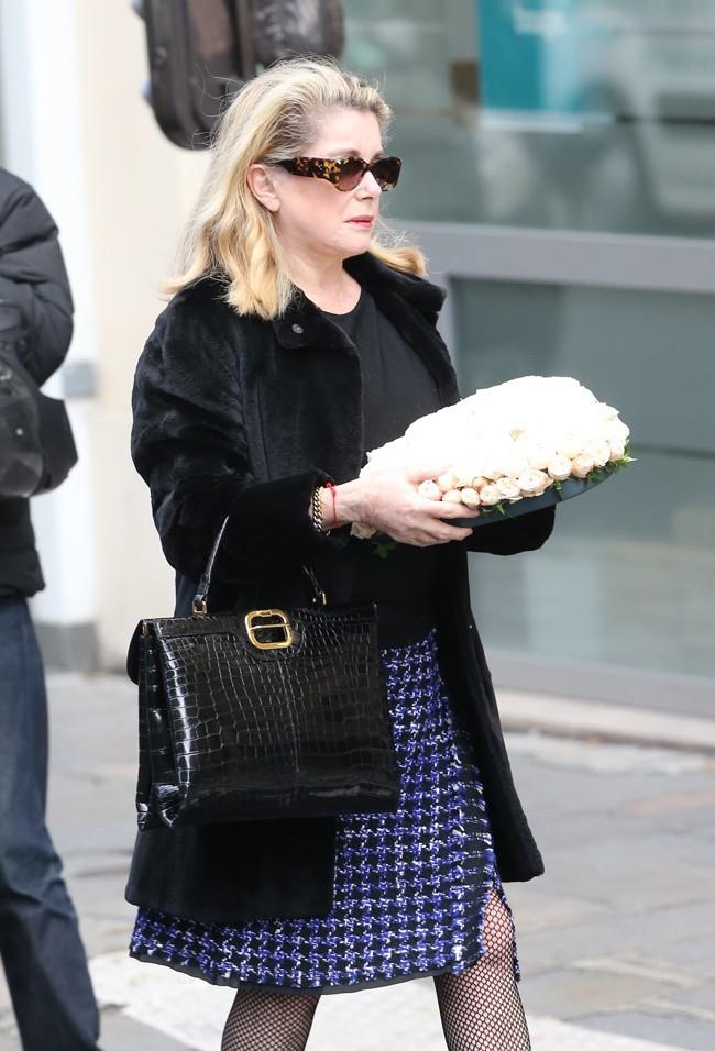 Catherine Deneuve aux obsèques de Kate Barry à Paris le 19 décembre 2013
