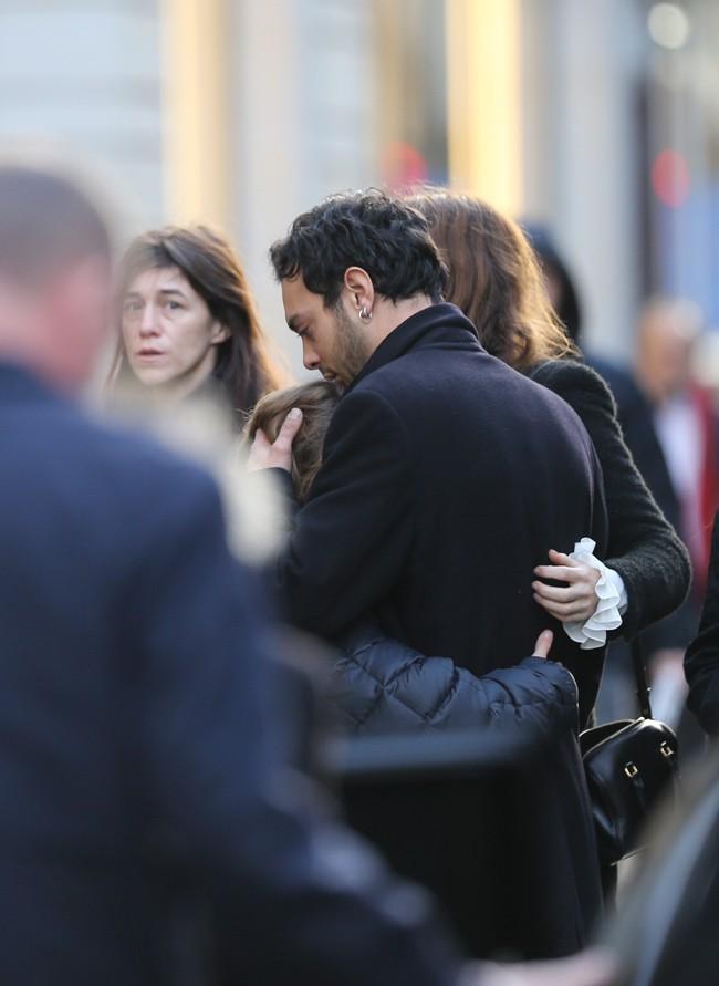 Charlotte Gainsbourg et Roman de Kermadec aux obsèques de Kate Barry à Paris le 19 décembre 2013
