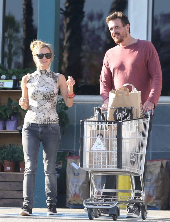 Jason Segel en charmante compagnie à West Hollywood le 19 mai 2013