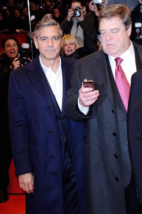 George Clooney sur le tapis rouge de Monuments Men à la 64e Berlinale le 8 février 2014