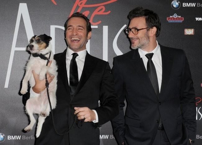 Jean Dujardin, Uggie et Michel Hazanavicius lors de la première de The Artist à Berlin, le 3 janvier 2011.