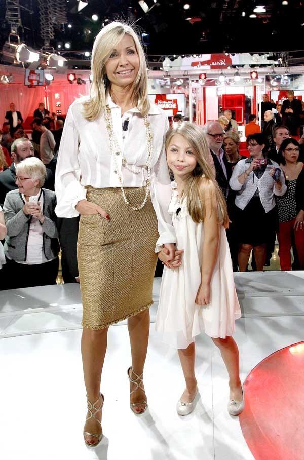 Jean-Paul Belmondo avec son ex-femme Natty et leur fille Stella sur le plateau de Vivement Dimanche le 10 avril 2013
