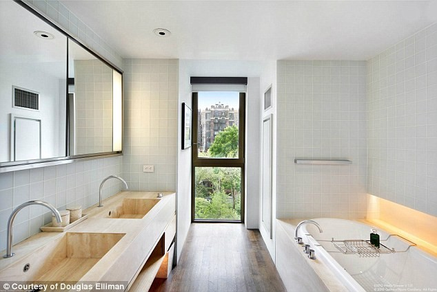 Photos jennifer aniston visitez son nouvel appart for Salle bain originale