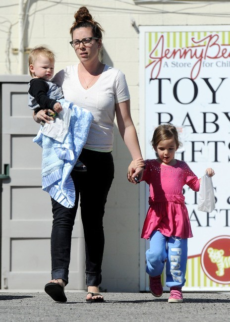 Seraphina et Samuel, les deux derniers enfants de Jennifer Garner et Ben Affleck, avec leur nounou à Brentwood, le 26 février 2013.