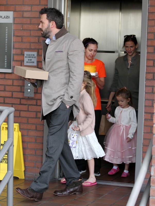 Jennifer Garner et Ben Affleck, ainsi que leur deux filles à Los Angeles, le 6 janvier 2013.