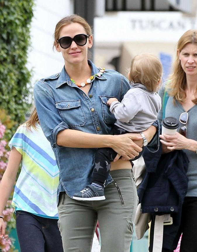 Jennifer Garner s'offre une virée shopping avec ses enfants, Santa Monica, le 14 avril 2013