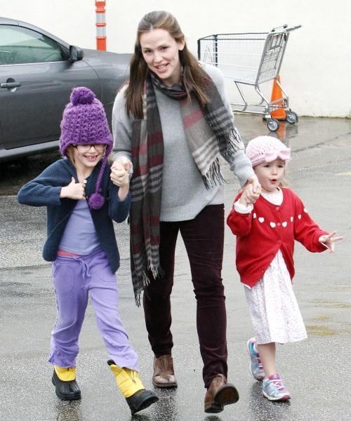 Jennifer Garner et ses filles Violet et Serafina le 16 décembre 2012 à Brentwood